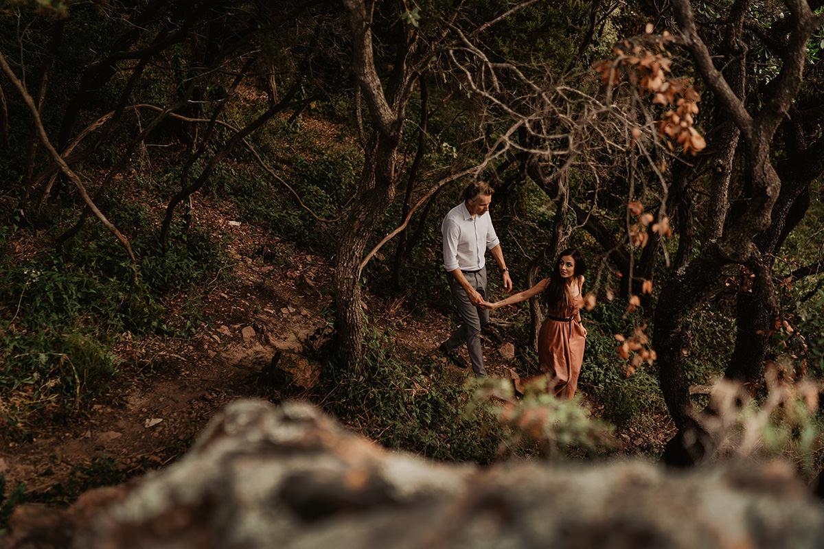 para zakochanych w lesie na lazurowym wybrzeżu w wykonaniu The Snap Shots - alternatywna fotografia ślubna