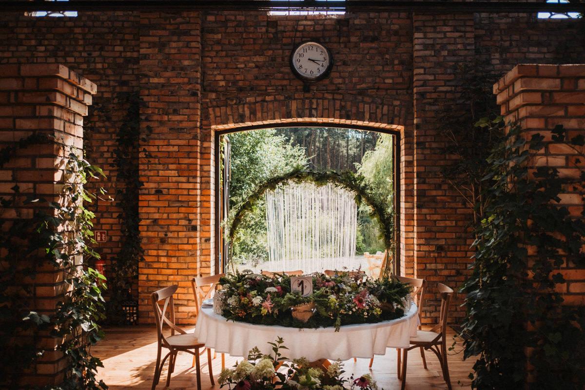 Cicha 23 - dekoracja kwiatowa stołu Pary Młodej