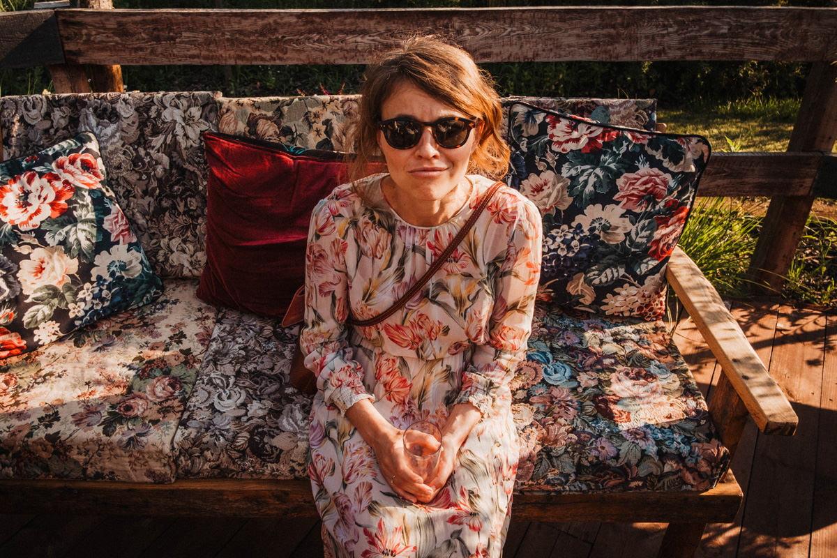 Cicha 23 - portret na kwiecistej sofie w okolicy stajni na wesele